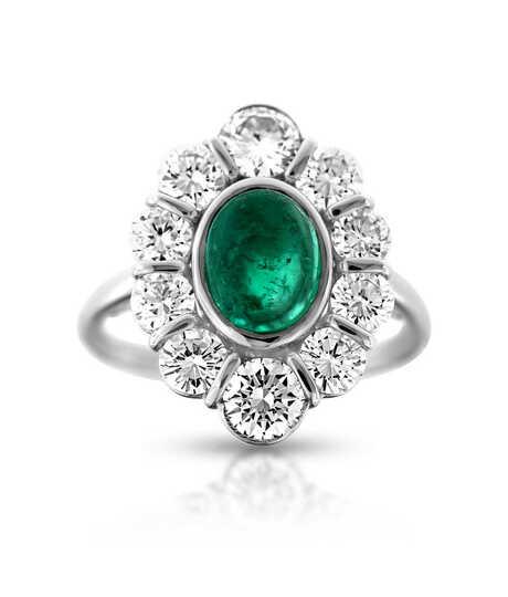 Witgouden ring met cabochon geslepen Smaragd en briljanten