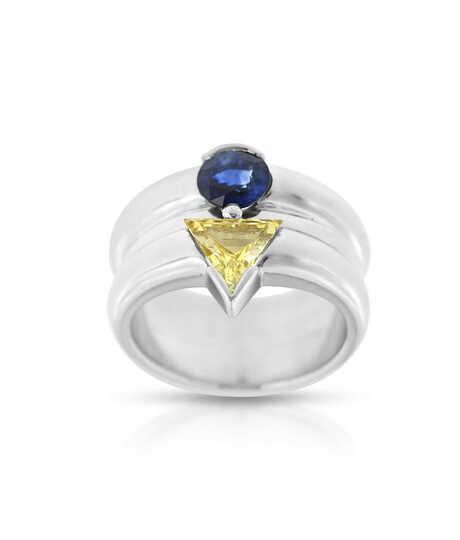 Witgouden ring met ronde en driehoekige saffieren