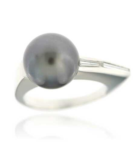 White golden ring with Tahiti pearl