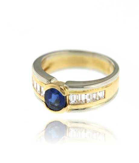 Bicolor ring met ovalen saffier en baguettes