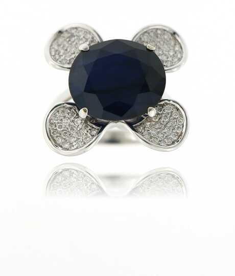 Witgouden ring in bloemvorm met saffier en briljanten