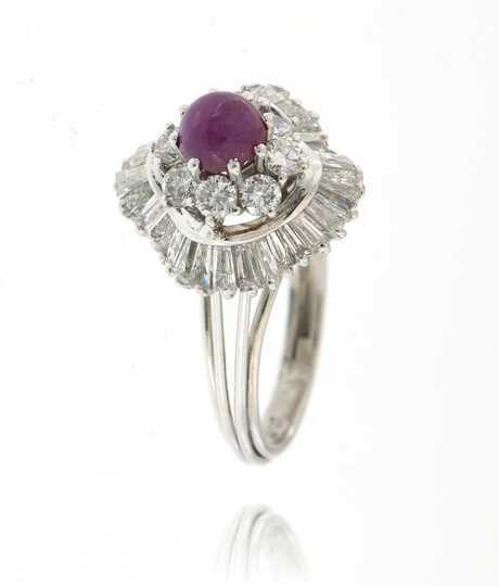 Witgouden ring met cabochon robijn en diamant  baguettes