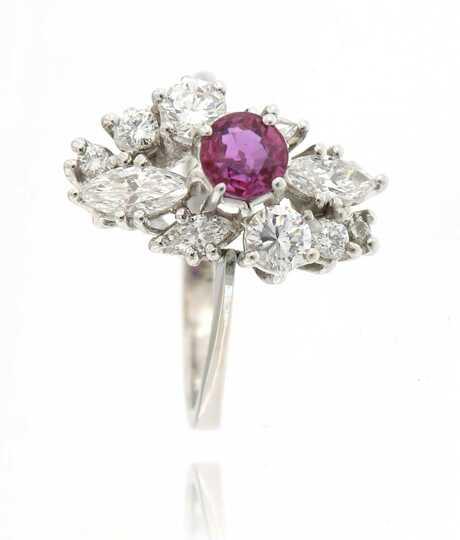 Witgouden ring met robijn, marquise diamanten  en briljanten