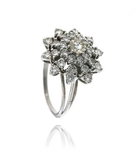 Bloemvormige witgouden ring met briljanten